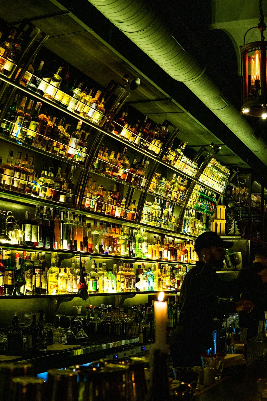 Interior del bar de cócteles Dictat en Kiev, Ucrania
