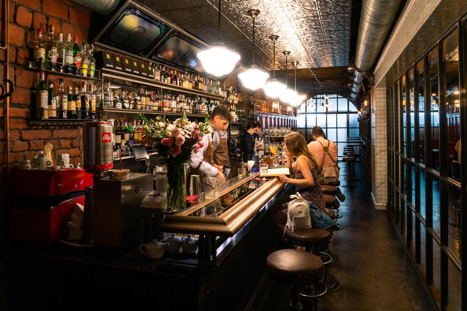 Interior del bar Parovoz en Kiev, Ucrania