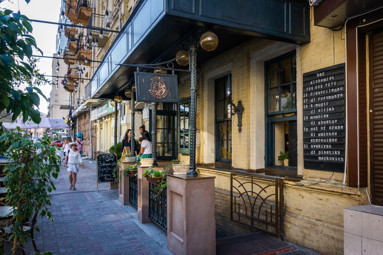 Bar de cócteles alquimista en Kiev, Ucrania