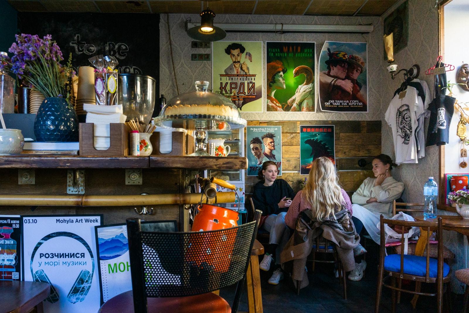 Los lugareños en Vagabond Cafe, Kiev, Ucrania
