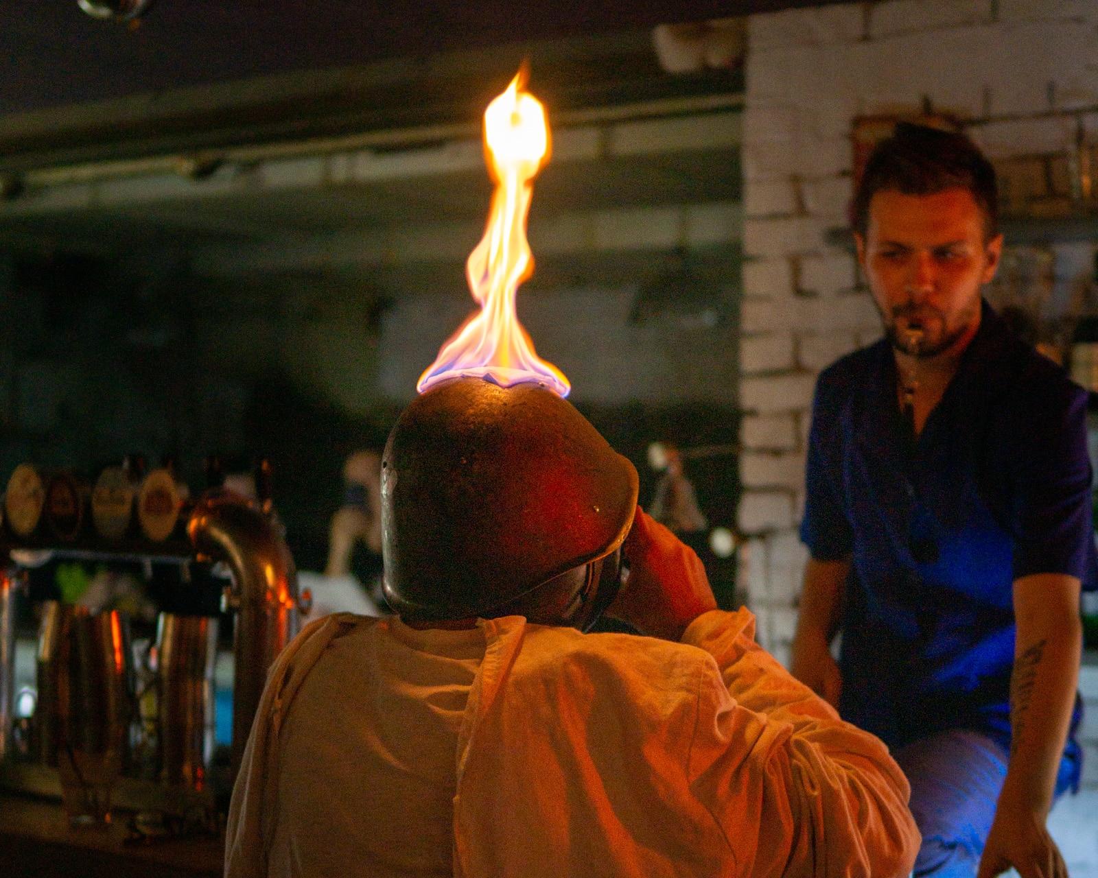 Casco rodado en el bar Palata No 6 en Kiev, Ucrania