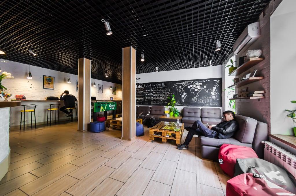 Interior de la zona común del albergue Dream House en Kiev, Ucrania