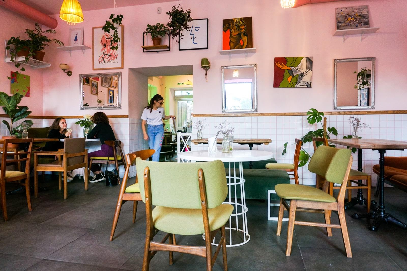Interior del café HumHum en Kiev, Ucrania