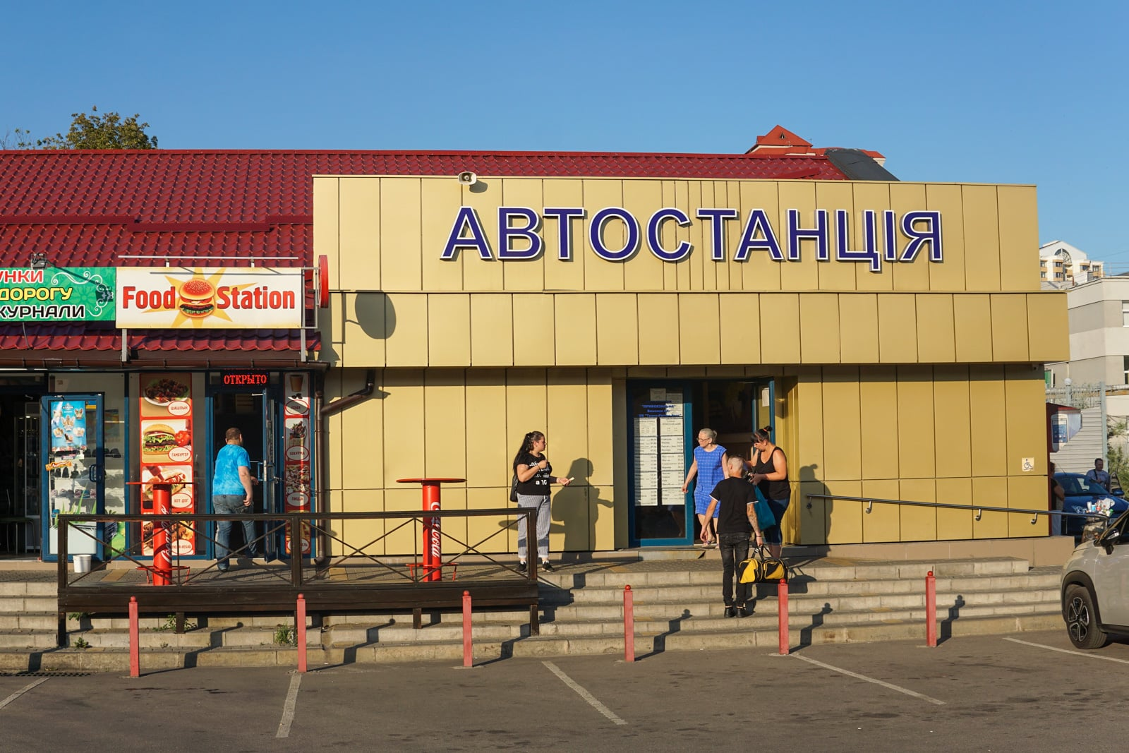 Personas de pie fuera de la estación de autobuses de Belgorod, Rusia