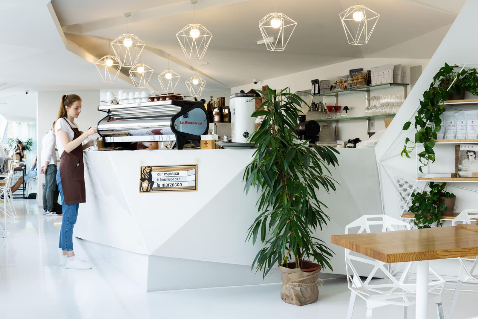 Interior de One Love Coffee en Kiev, Ucrania